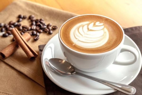 Thưởng thức cà phê vào buổi sáng hoặc đầu giờ chiều